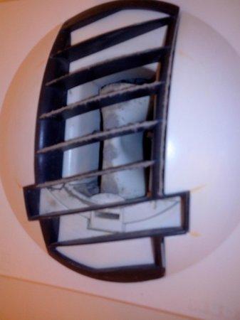 Mercure Hyeres Centre Hotel : ventilation sdb