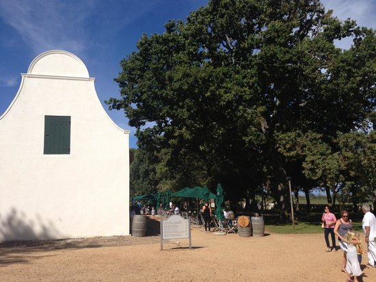 Jonkershuis Restaurant at Groot Constantia: Restaurant seating under the trees