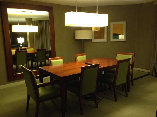 Westin Toronto Airport: Suite dining room