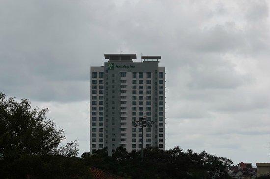 Holiday Inn Melaka : 町からも高いのでホテルは目印になる