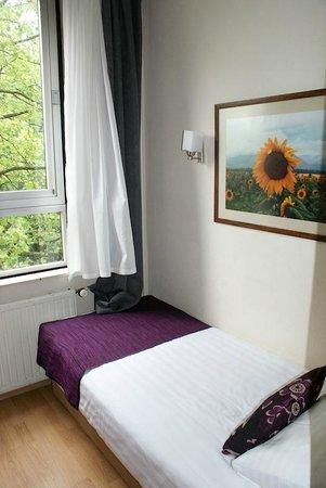 Aalborg Hotel Amsterdam: Bed & window