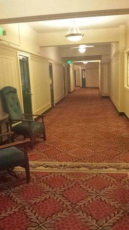 Arlington Resort Hotel & Spa: hallway