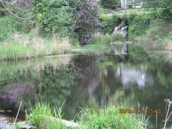 Mercure Peebles Barony Castle Hotel: Beautiful grounds with spectacular gardens