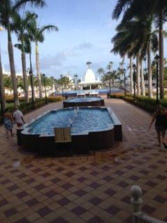 Hotel Riu Palace Aruba: Facing the pool area from the lobby