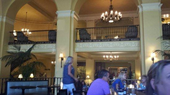 Arlington Resort Hotel & Spa: fun lobby - always had drinks & popcorn for us