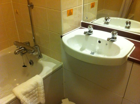 Premier Inn Swansea North Hotel : Bathroom