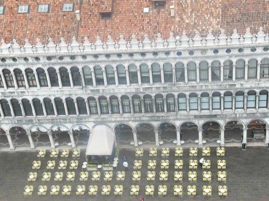Campanile di San Marco: I tavolini sulla piazza