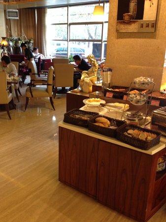 Guangming Hotel: 朝食は1階で、料理は豊富です。パスタもあり
