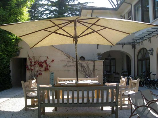 Villa Magnolia Relais: The Umbrella Table Overlooking the Garden