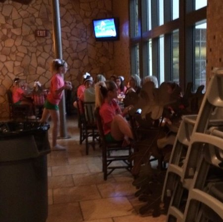 Great Wolf Lodge: Group Overtaking guest dining area