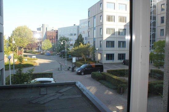 Holiday Inn Express Amsterdam-Schiphol: 部屋からの眺め オフィスが多い