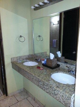 Sea Breeze Hotel: Double Sink