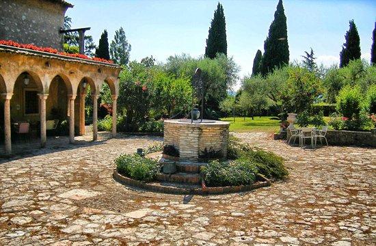Villa Paradiso : Piazzale con pozzo
