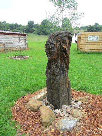 Les Tipis du Bonheur de Vivre : Statue amérindienne
