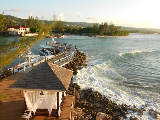 Jewel Paradise Cove Resort & Spa Runaway Bay, Curio Collection by Hilton: A view of the beautiful waves