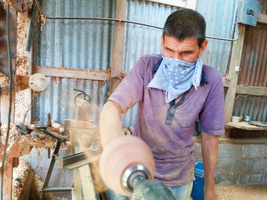 Souvenir Rosewood: Licho working on a Rosewood Bowl