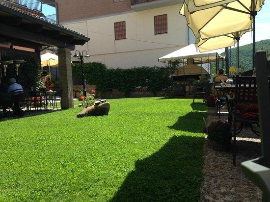 Ristorante La Cantina : giardino esterno