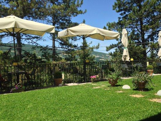 Ristorante La Cantina : vista tavoli giardino