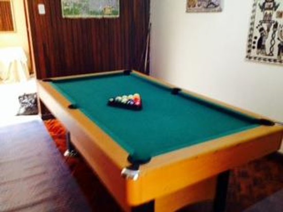 Gaudy's Backpacker Hostel: Sweet pool table to shoot some games with the mates !