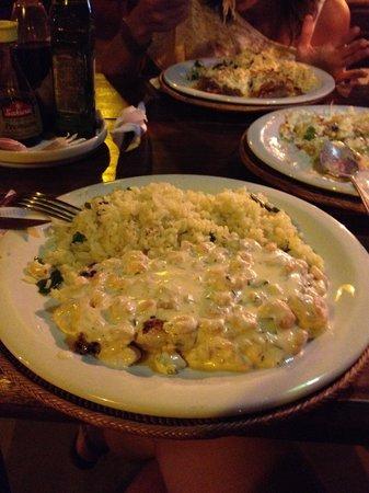 Prato de peixe com molho de camarão e arroz ao curry