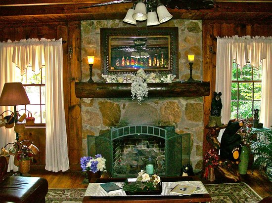 Laurel Springs Lodge B&B: Laurel Springs inviting sitting room with cozy fireplace.