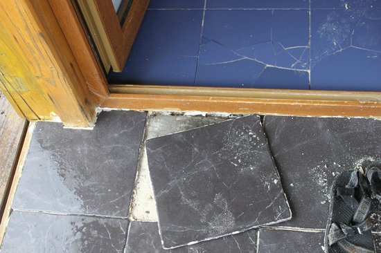 Hotel Cayo Levisa: cracked tiles in room, also loose