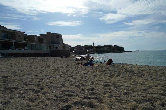Hotel Beau Rivage : Strand mit Blick auf Hotel und Altstadt