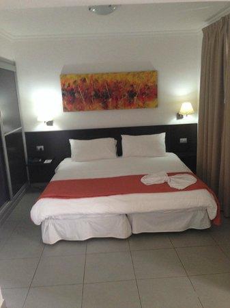 eó Suite Hotel Jardin Dorado: bed you fall through
