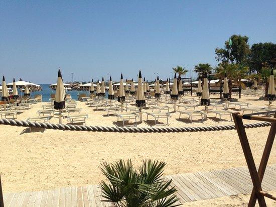 Transats et parasols du Zelo's beach