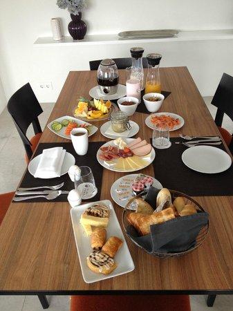 Black Pearl - Reykjavik Finest Apartments : Brekky is served