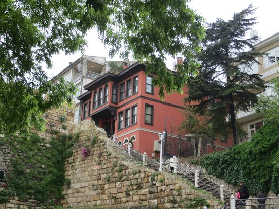Kitap Evi Hotel: View of hotel from Osman Gazi Cd