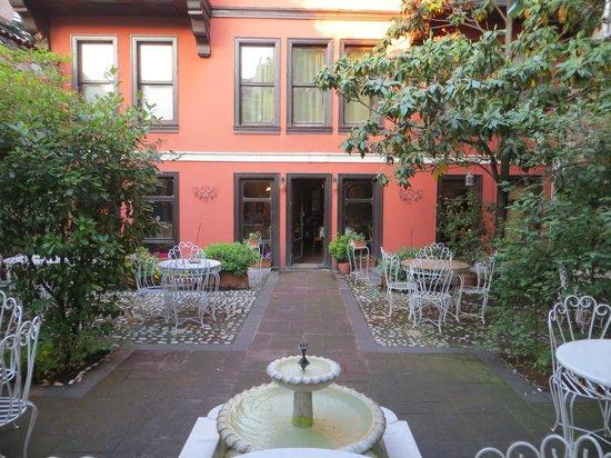 Kitap Evi Hotel: Kitap Evi Courtyard