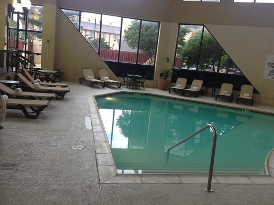 Crowne Plaza Dallas Market Center: Indoor pool area