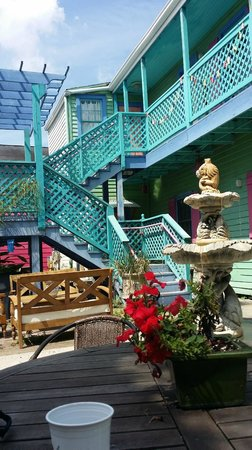 Creole Gardens Guesthouse Bed & Breakfast : courtyard fountain