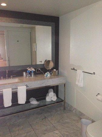 W Hollywood: Bathroom view 1