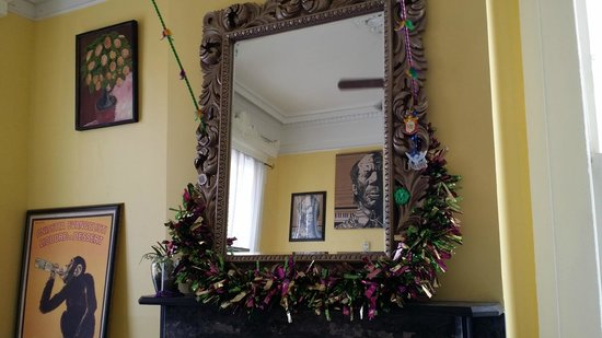 Creole Gardens Guesthouse Bed & Breakfast : mirror over mantle in dining area