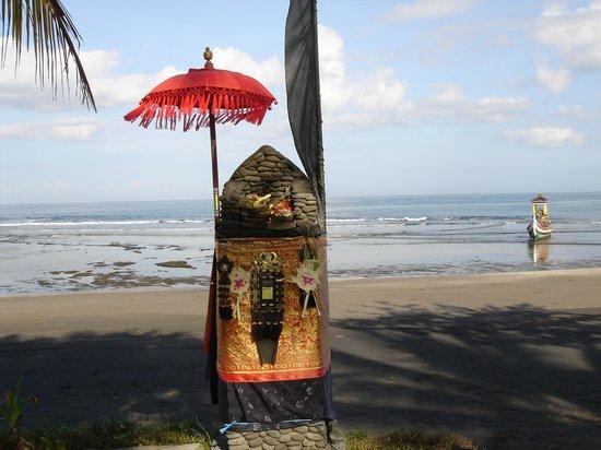 Puri Dajuma Cottages: Le temple à l'entrée de la plage
