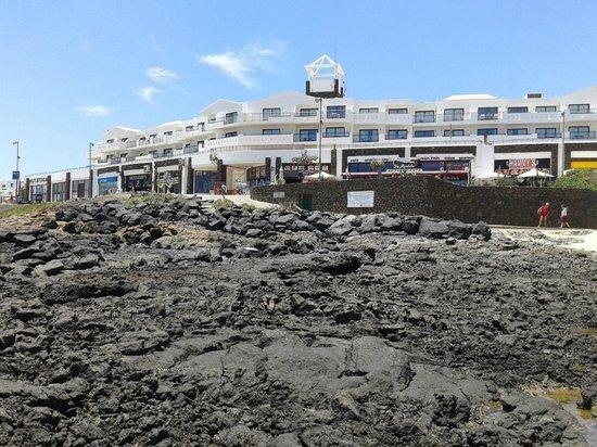Be Live Experience Lanzarote Beach: Widok na hotel z okolicy plaży