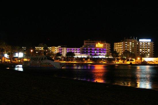 THB Ocean Beach: Hotel bei Nacht