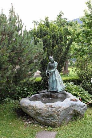 Hotel Edenlehen: Statua nel giardino