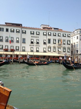 Hotel Monaco & Grand Canal: front of hotel