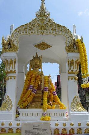 Khao Lak Emerald Beach Resort & Spa: Haus- Tempel