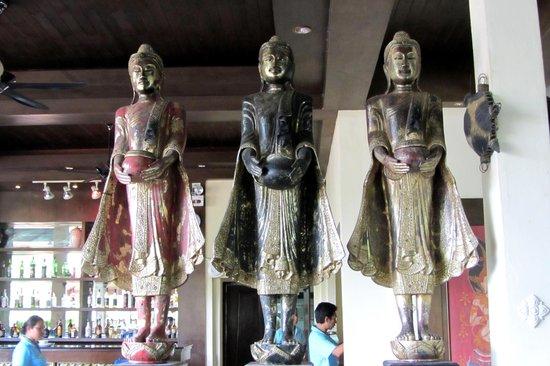 Khao Lak Emerald Beach Resort & Spa: Buddhas im Restaurant
