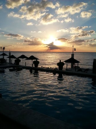Coral Princess Golf & Dive Resort : sunset in the pool with tequila shots