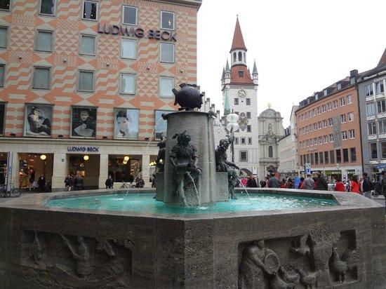 Marienplatz: Рыбный фонтан на Мариенплац