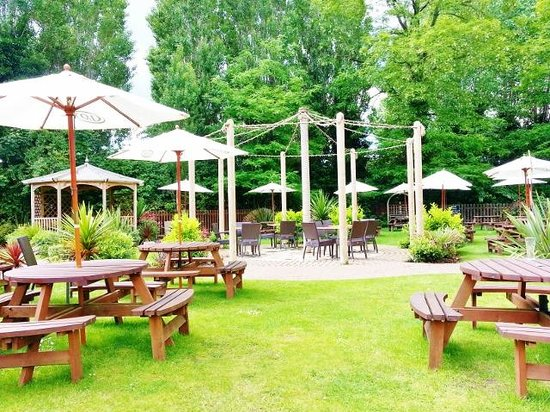 The Crown by Marston's Inns: GARDEN AND PLAY AREA