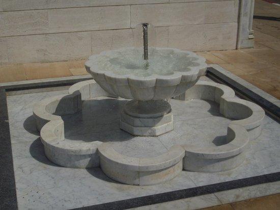Mausolée de Mohammed V : Mausoleum of Mohammed V - Courtyard fountain