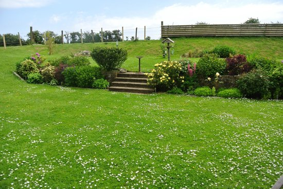Pencombe House B&B: beautiful back garden