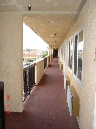 Rodeway Inn Cypress: Third floor hallway