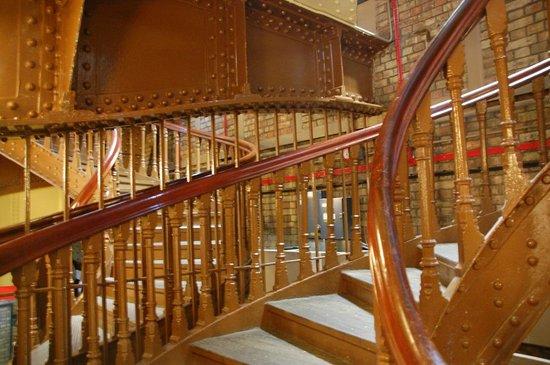 Puente Tower Bridge: Stairway down to public conveniences